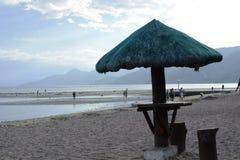 Parasol na praia branca da areia Imagens de Stock Royalty Free