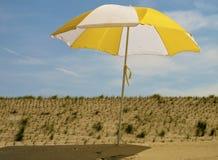 Parasol op het strand Royalty-vrije Stock Foto's