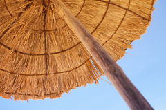 Parasol op het strand door het overzees Royalty-vrije Stock Foto's