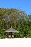 Parasol op het strand van de Maldiven Royalty-vrije Stock Afbeeldingen