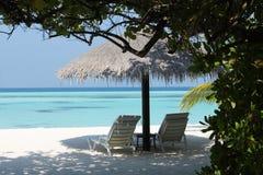 Parasol op het strand van de Maldiven Stock Foto