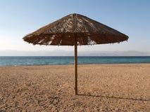 Parasol op het strand van Jordanië Stock Foto