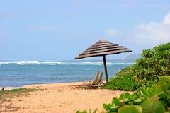 Parasol op tropisch strand Royalty-vrije Stock Fotografie