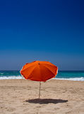 Parasol orange sur la plage Photo libre de droits
