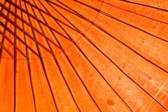 Parasol rojo con luz del sol Fotos de archivo