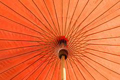 Parasol rojo con luz del sol Imagen de archivo