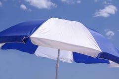 Parasol tegen blauwe hemel Stock Afbeelding