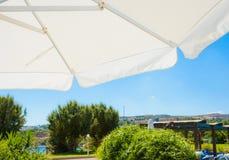 Parasol tegen de blauwe hemel met wolk Royalty-vrije Stock Foto's