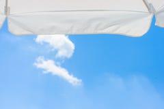 Parasol tegen de blauwe hemel met wolk Stock Foto