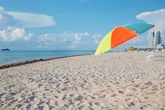 Parasol y playa Fotografía de archivo libre de regalías