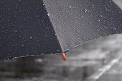 Parasol z dżdżystymi kroplami zamyka up na ulicznym drogowym tle royalty ilustracja