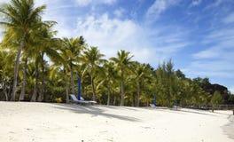 Parasola i bryczki hole na plaży Zdjęcia Royalty Free