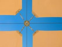 Parasole beige contro cielo blu Immagine Stock