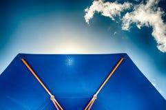 Parasole blu contro cielo blu Immagini Stock