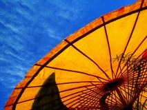 Parasole e cielo blu gialli Fotografia Stock