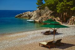 Parasole e una bella spiaggia sul mare adriatico montenegro fotografia stock