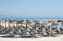 Parasole i błękitny morze w Grecja Obraz Stock