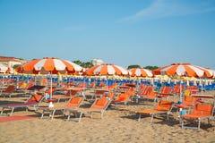 Parasole i bryczka hole na plaży Rimini w Włochy Fotografia Stock