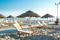 Parasole i bryczka hole na plaży Rimini w Włochy Fotografia Royalty Free