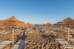 Parasole i bryczka hole na plaży Włochy Zdjęcia Royalty Free