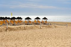 Parasole i bryczka hole na plaży Agadir Maroko Zdjęcia Royalty Free