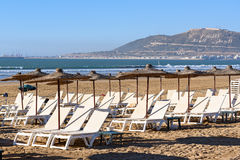 Parasole i bryczka hole na plaży Agadir Maroko Obrazy Royalty Free