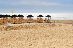 Parasole i bryczka hole na plaży Agadir Maroko Obraz Stock