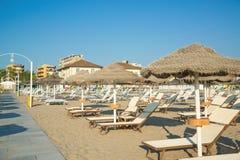Parasole i bryczka hole na plaży Rimini Fotografia Royalty Free