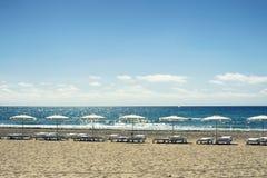 Parasole i krzesła w Alicante plaży Hiszpania Obraz Royalty Free