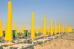 Parasole i sunbeds Włochy - Rimini plaża - Obrazy Royalty Free