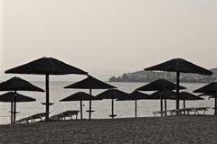 Parasole na plaży przy zmierzchem Obrazy Royalty Free