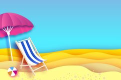 Parasole rosa - l'ombrello in carta ha tagliato lo stile Chaise longue blu Mare e spiaggia di origami Cielo blu Vacanza e viaggio Immagini Stock