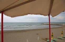 Parasole sulla spiaggia dall'allerta del bagnino della torre Immagini Stock Libere da Diritti