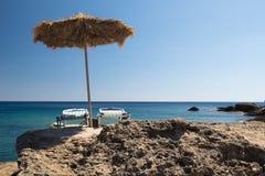 Parasole sulla spiaggia rocciosa Mediterranea Fotografie Stock Libere da Diritti
