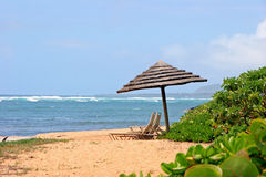 Parasole sulla spiaggia tropicale Fotografia Stock Libera da Diritti