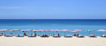 Parasole w pięknym dniu na Surin wyrzucać na brzeg w Phuket Tajlandia Zdjęcia Stock