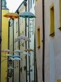 Parasole wiesza na Ślicznej ulicie w Passau, Niemcy fotografia royalty free