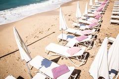 Parasoles blancos en la playa Fotografía de archivo