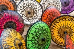 Parasoles brillantemente coloreados, mano-hechos a mano para la venta en Myanmar Imágenes de archivo libres de regalías