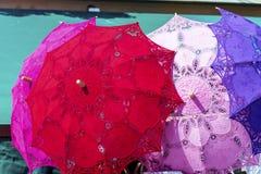 Parasoles de encaje típicos para las mujeres en los vendedores ambulantes contrarios de recuerdos en Venecia, Italia Fotos de archivo