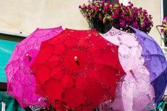 Parasoles de encaje típicos para las mujeres en los vendedores ambulantes contrarios de recuerdos en Venecia, Italia Foto de archivo libre de regalías