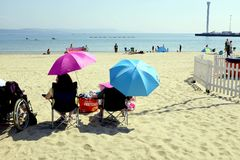 Parasoles de la playa, Weymouth, Dorset, Reino Unido Imagen de archivo