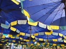 Parasoles de playa azules, amarillos y blancos Fotografía de archivo libre de regalías