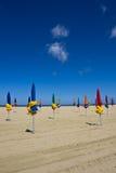Parasoles de playa cerrados imagen de archivo libre de regalías