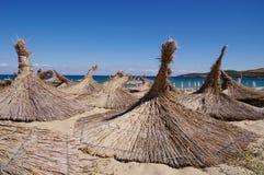 Parasoles de playa cubiertos con paja fotografía de archivo