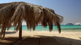Parasoles de playa de la paja en un centro turístico tropical almacen de video