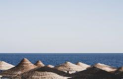 Parasoles de playa, Egipto, Sharm el Sheikh Fotos de archivo libres de regalías