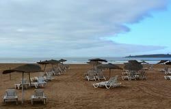 Parasoles de playa en Essaouira después de la lluvia Imagen de archivo libre de regalías