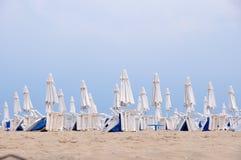 Parasoles de playa en filas Fotos de archivo