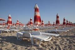 Parasoles de playa en filas Imágenes de archivo libres de regalías